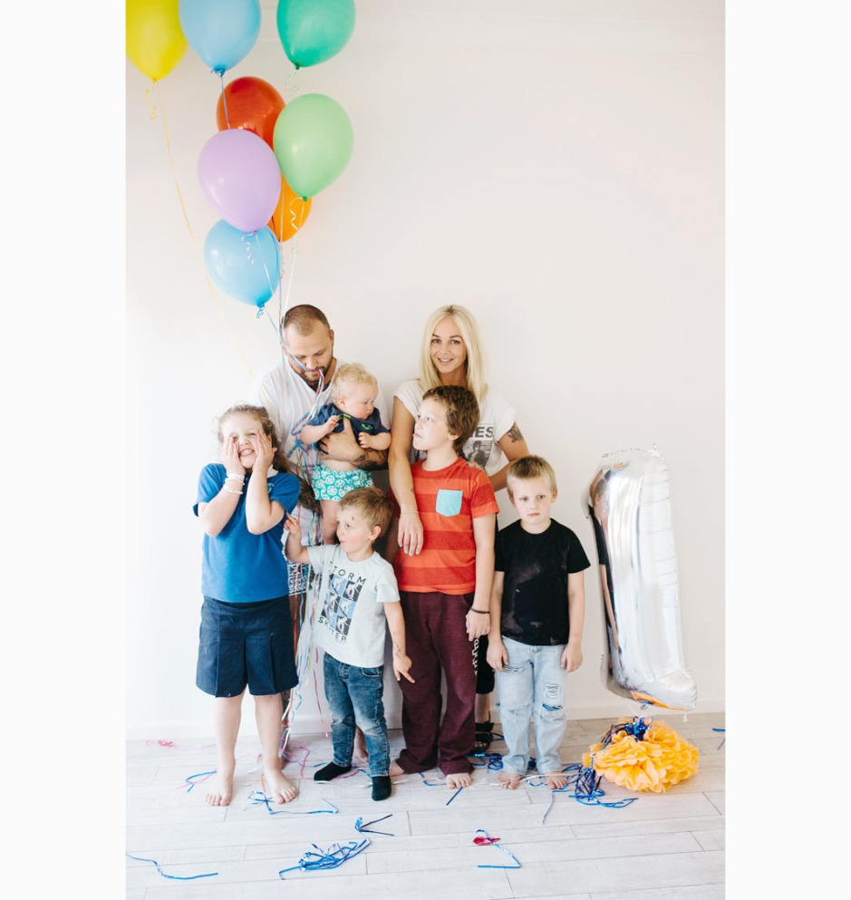 colourful family photos with hails + shine