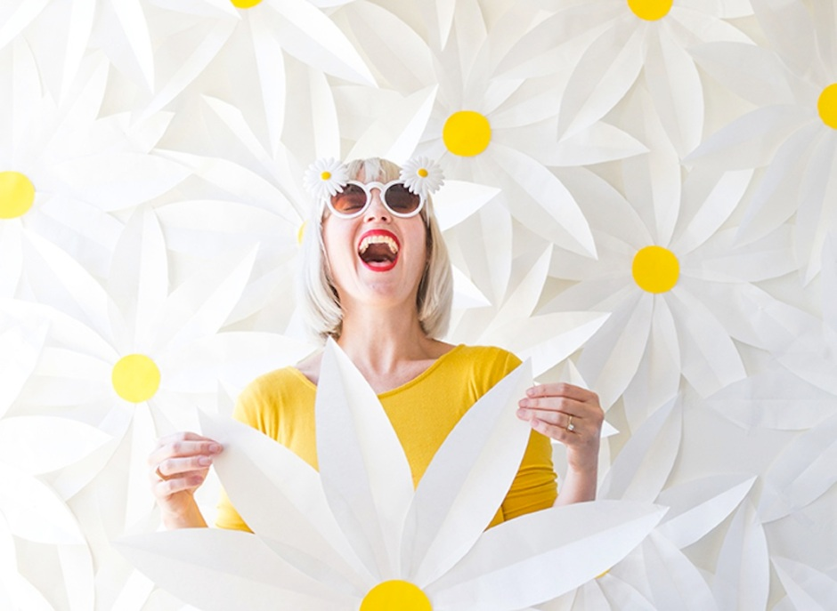 paper-daisy-photobooth-backdrop